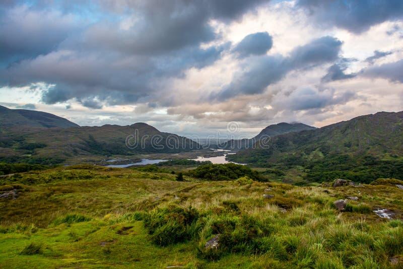 Холмы и озеро в Ирландии стоковая фотография rf