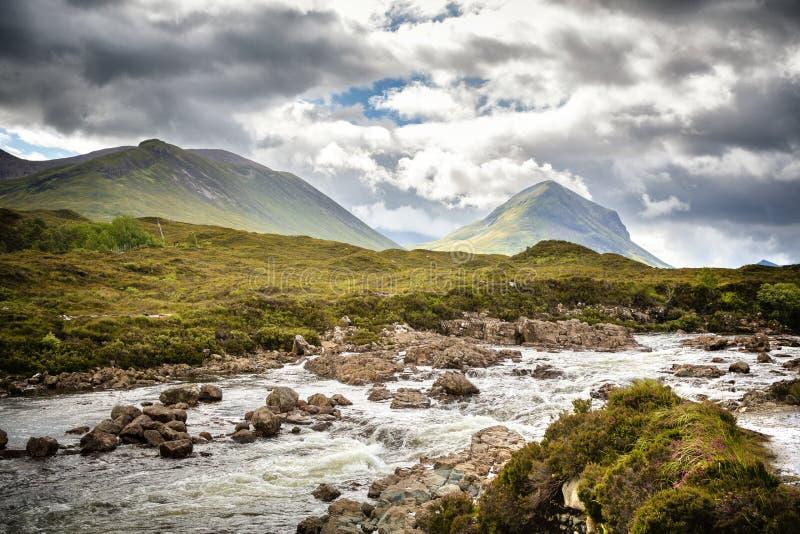Холмы Cuillin и быстроподвижное река стоковые изображения