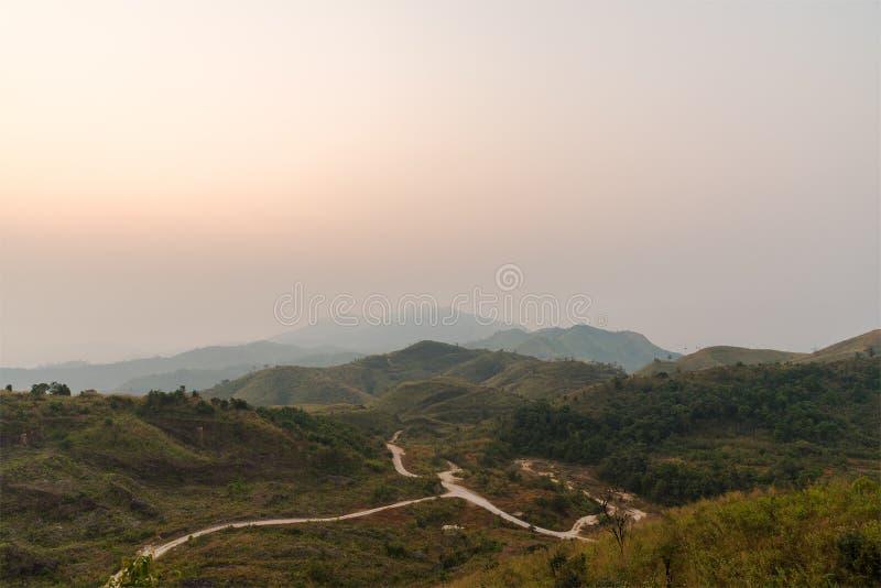 Холм был предусматриван лесным пожаром дыма на утре стоковая фотография
