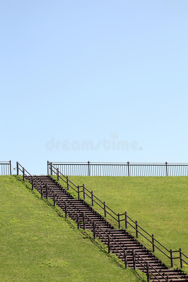 Download Холм с деревянными лестницами Стоковое Фото - изображение насчитывающей майна, япония: 33736142
