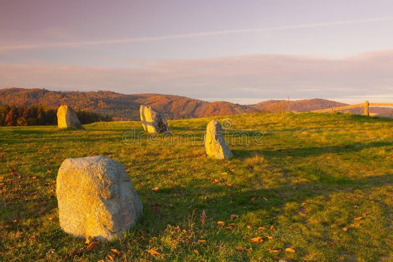 Холм формы взгляда на ландшафте осени около запруды Slapy воды стоковое фото
