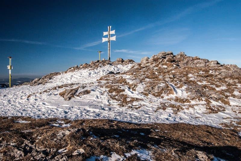 Холм Klak в горах Mala Fatra зимы с ясным небом стоковые изображения