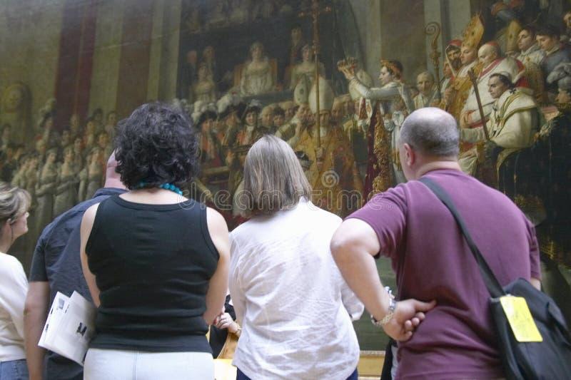 Ходоки музея осматривая коронование Наполеона Jacques-Луис Дэвидом, 1808 на Лувре, Париж, Франция стоковые фотографии rf