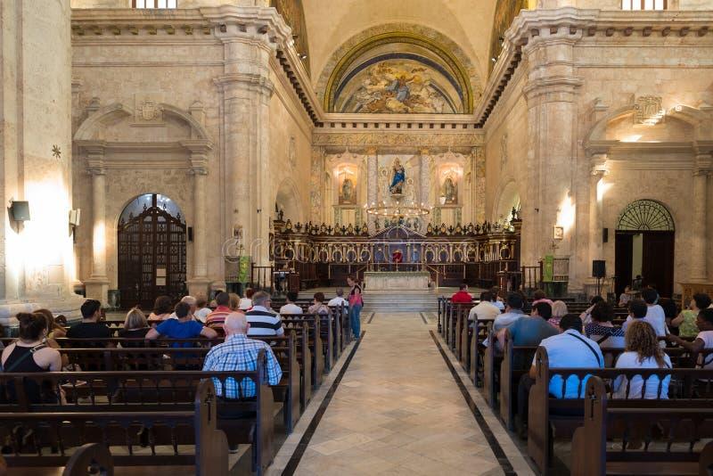 Ходоки церков присутствуя на массе на соборе Гаваны стоковое фото rf