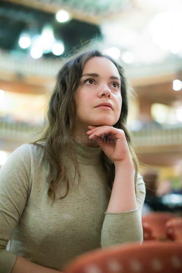Ходок театра женщины смотря игру dramatics стоковые фотографии rf
