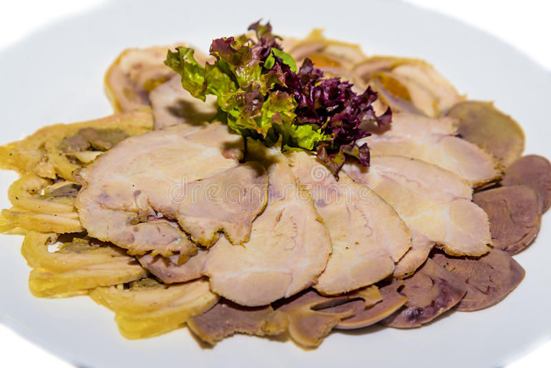 Холод закипел свинину, язык говядины, крен печени и салат стоковое фото rf