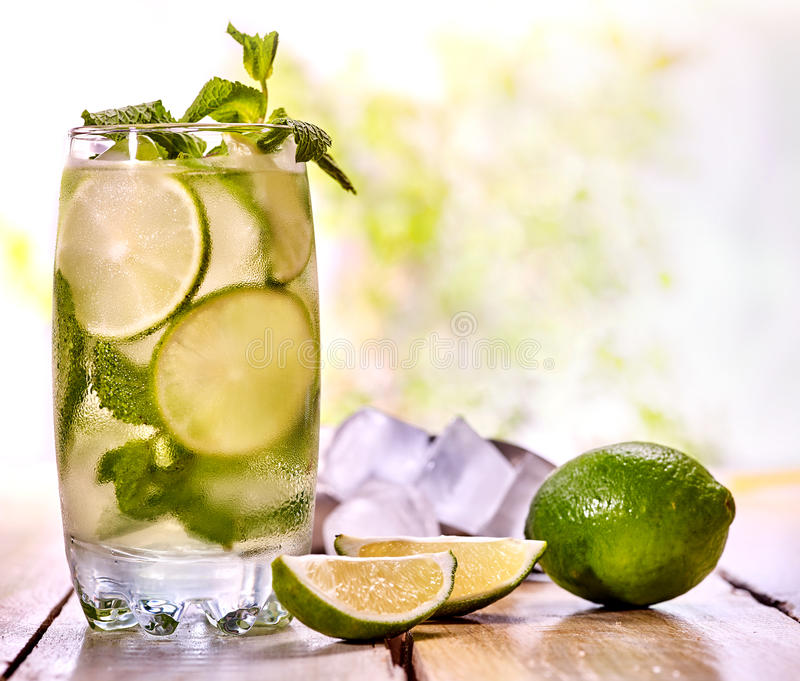 Холодная вода с лист мяты лимона Свежий кусок известки лимонада стоковое изображение rf