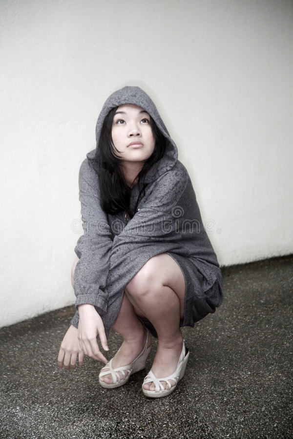 Холодная девушка смотря вверх стоковое фото rf
