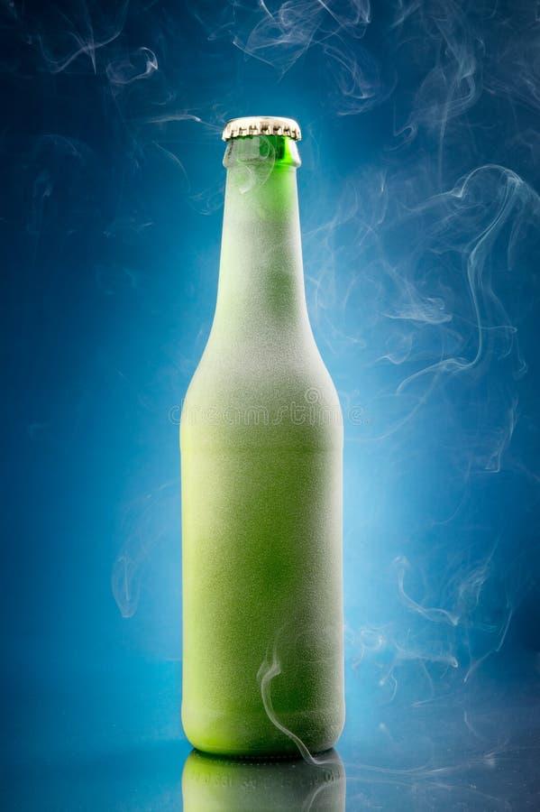 Холодная пивная бутылка стоковые фотографии rf