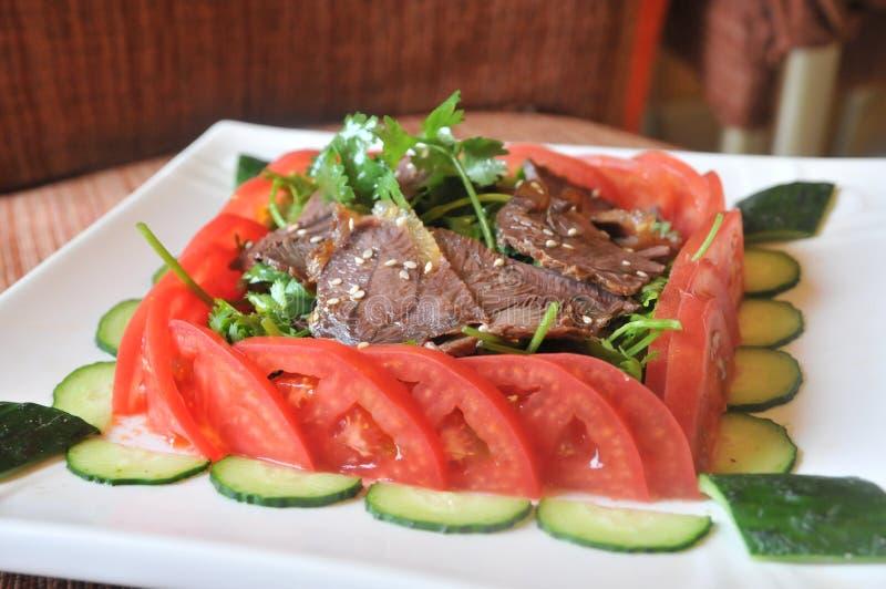 Холодная spiced говядина с vege и соусом стоковые изображения rf
