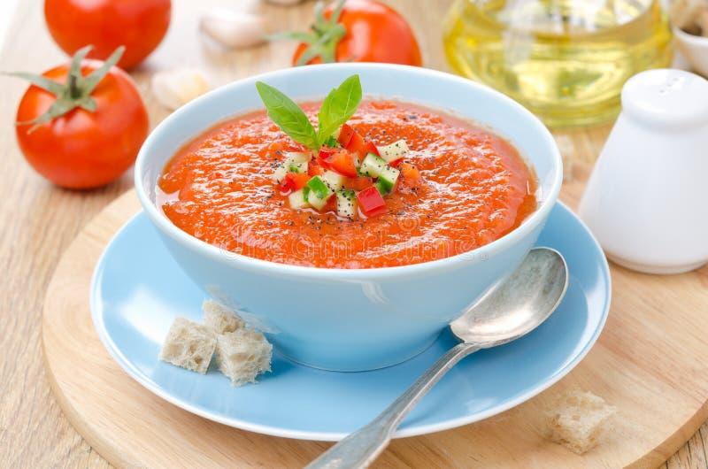Холодное гаспачо супа томата с базиликом и гренки в шаре стоковое фото rf
