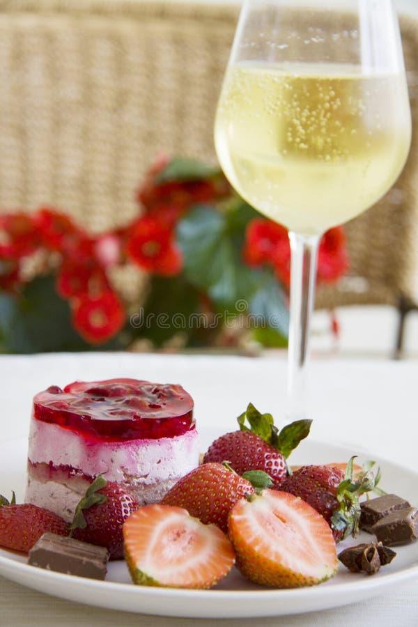 Холодное шампанское и очень вкусные поленики стоковые изображения rf