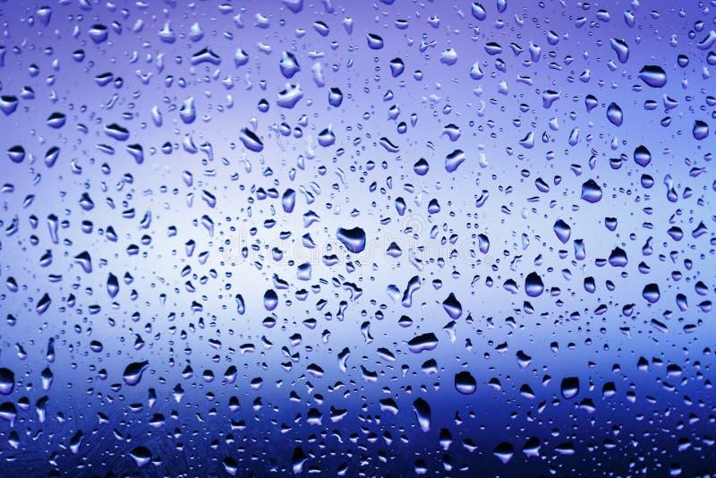 Холодные падения дождя на окне стоковая фотография