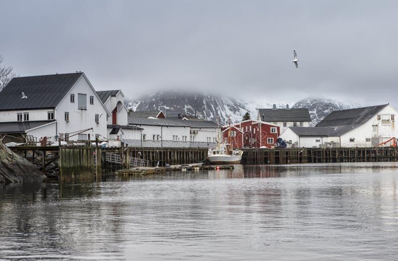 Холодный взгляд Seascape гавани Snowy норвежский на заливах Toppoya и Hamnoy островов Lofoten стоковые фото