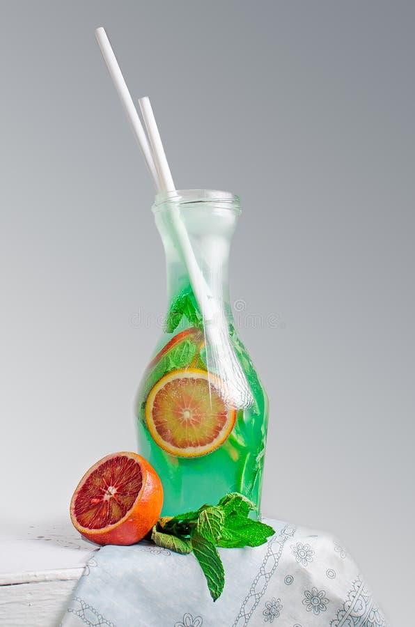 Холодный лимонад в графинчике стоковое фото rf
