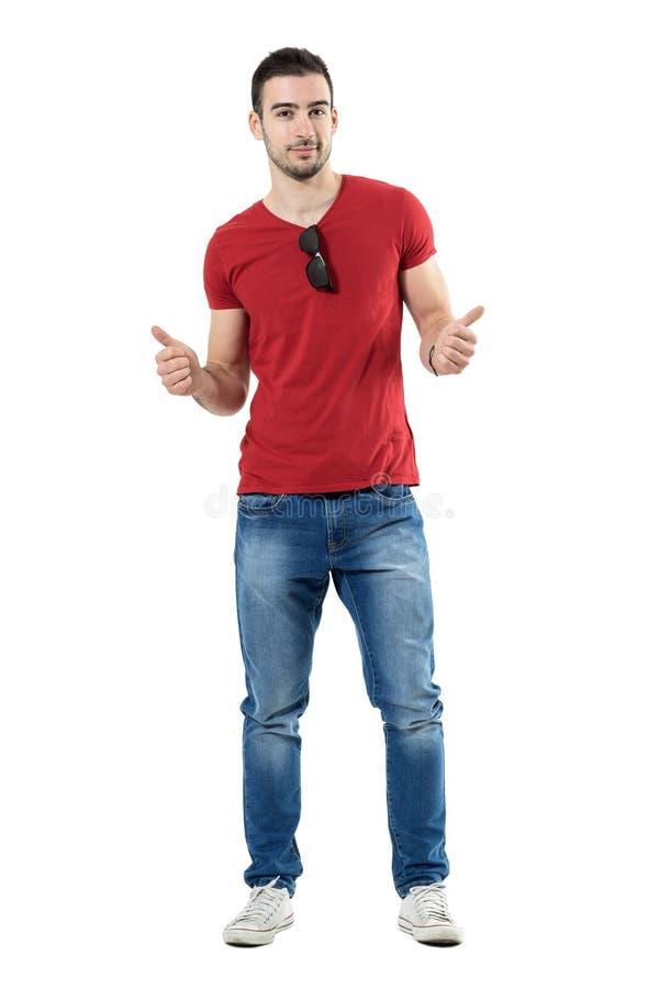 Холодный расслабленный ультрамодный вскользь человек с большими пальцами руки вверх показывать смотрящ камеру стоковые фотографии rf