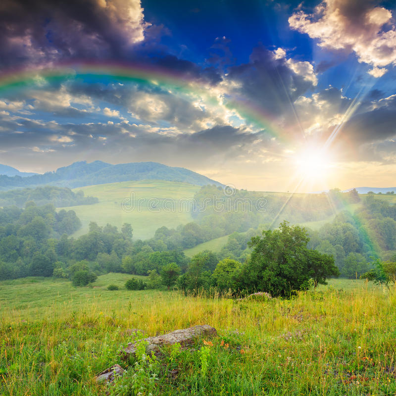 Download Холодный туман лета дальше в горах на заходе солнца Стоковое Фото - изображение насчитывающей цвет, пуща: 41658804