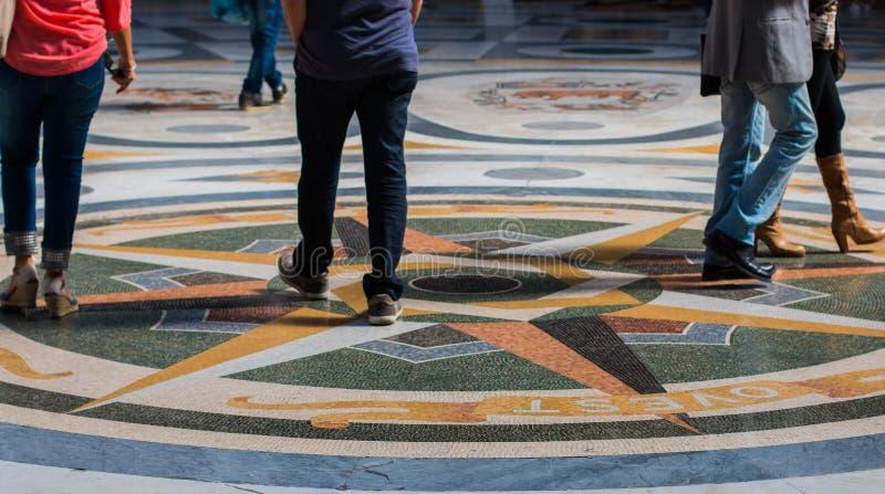 Ходящ по магазинам в Неаполь, Италия стоковая фотография rf