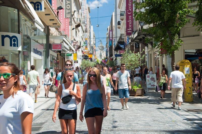 Download Ходящ по магазинам на улице Ermou 3-его августа 2013 в Афинах, Греция. Редакционное Стоковое Фото - изображение насчитывающей девушка, люди: 37926193