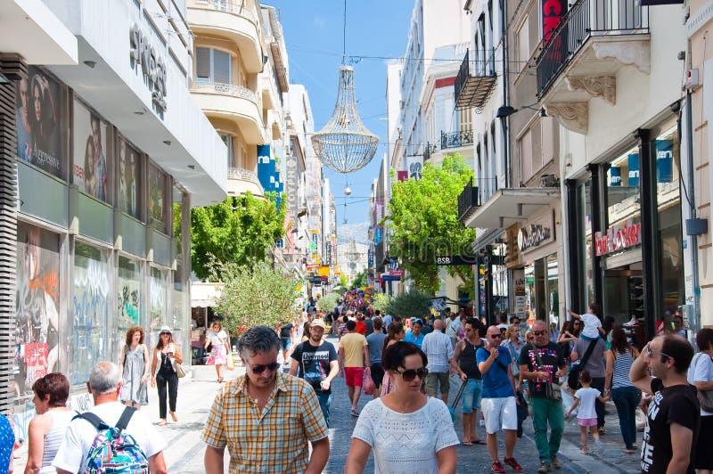 Download Ходящ по магазинам на улице Ermou 3-его августа 2013 в Афинах, Греция. Редакционное Фотография - изображение насчитывающей baggies, экономия: 37926312