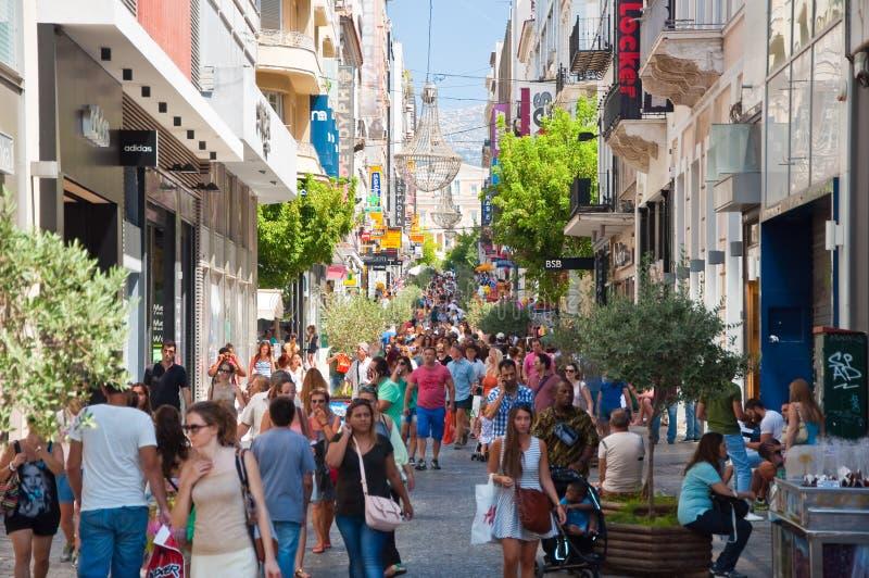 Download Ходящ по магазинам на улице Ermou 3-его августа 2013 в Афинах, Греция. Редакционное Изображение - изображение насчитывающей рынок, старо: 37926345