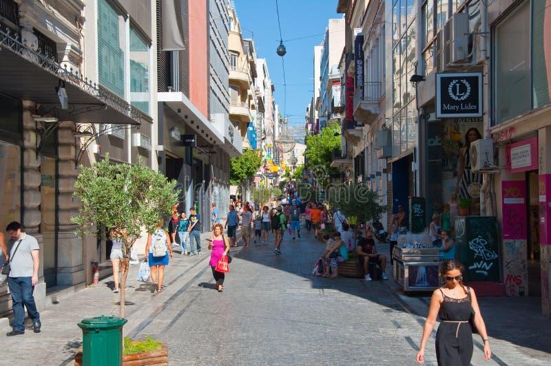 Download Ходящ по магазинам на улице Ermou 3-его августа 2013 в Афинах, Греция. Редакционное Стоковое Фото - изображение насчитывающей сторона, baggies: 37926998
