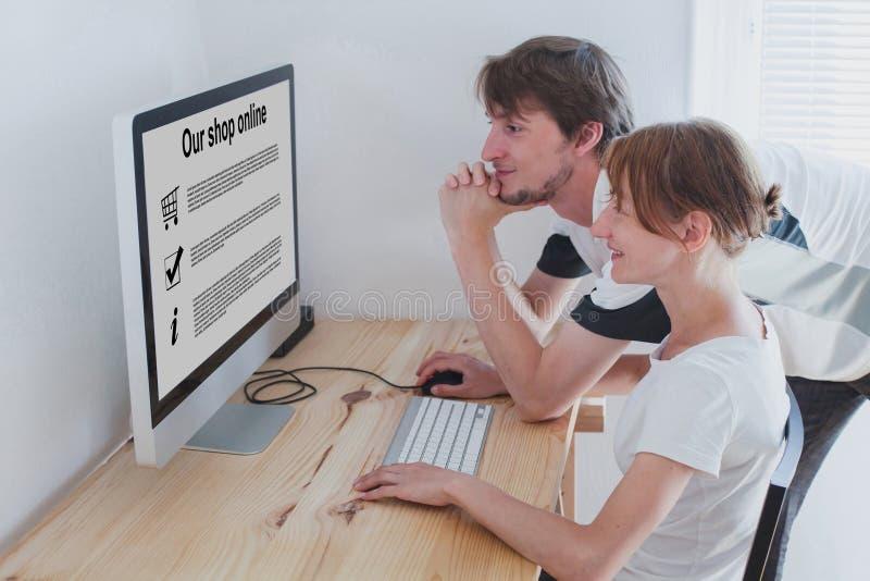 Ходя по магазинам онлайн концепция, семья дома стоковое изображение rf