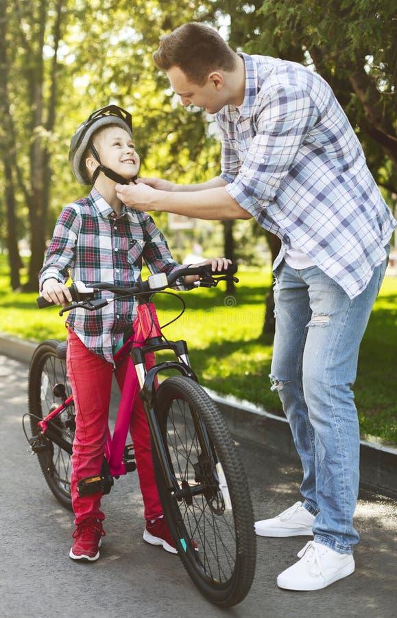 Храбрая девушка учит как ехать велосипед стоковые изображения