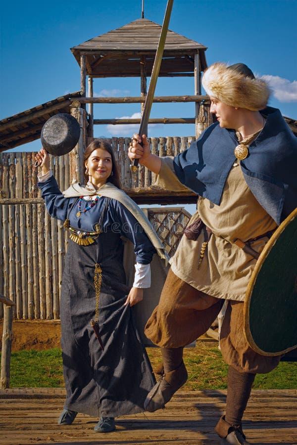 Храбрая скандинавская женщина с сковородой стоковые фотографии rf