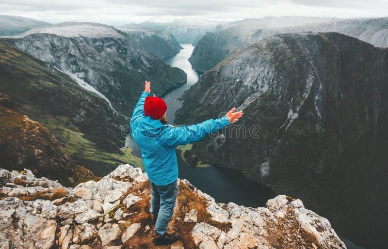 Храбрый человек путешественника поднял руки путешествуя в Норвегии стоковые изображения