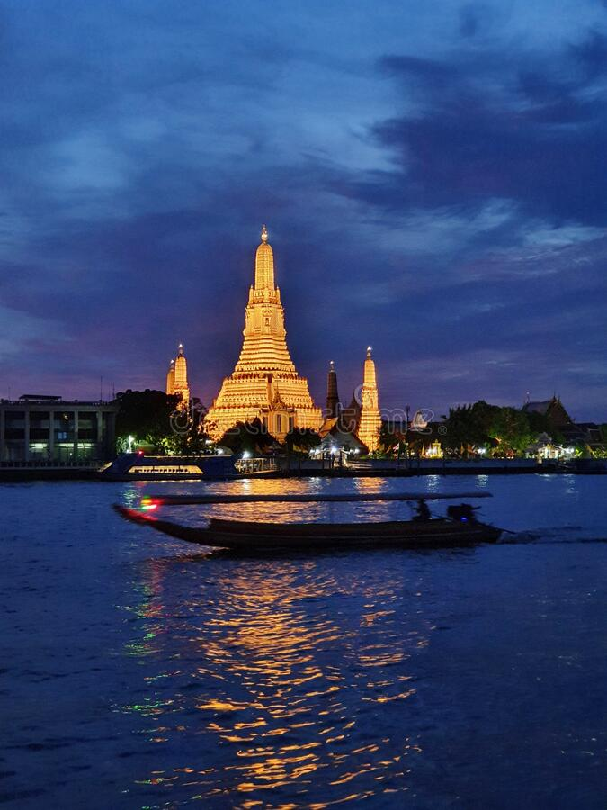 Храм Аруна и река Чао Фрайя, Ландмарк Бангкока, Таиланд стоковая фотография rf