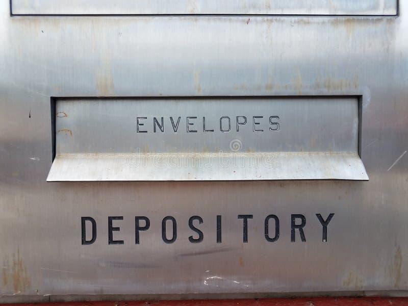 Хранилище и конверты подписывают на серебряной коробке металла стоковая фотография