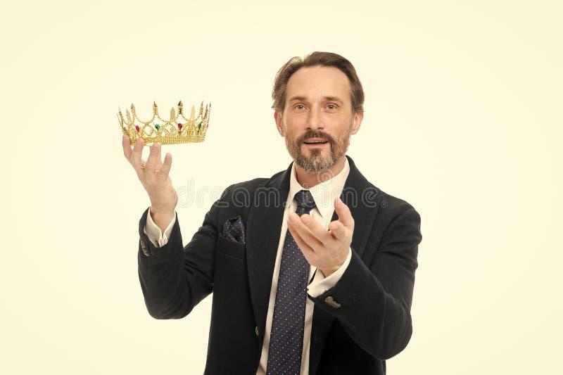 Хранитель драгоценности Завоевать успех в деле Король дела Зрелая крона удерживания бизнесмена Старший человек стоковое изображение