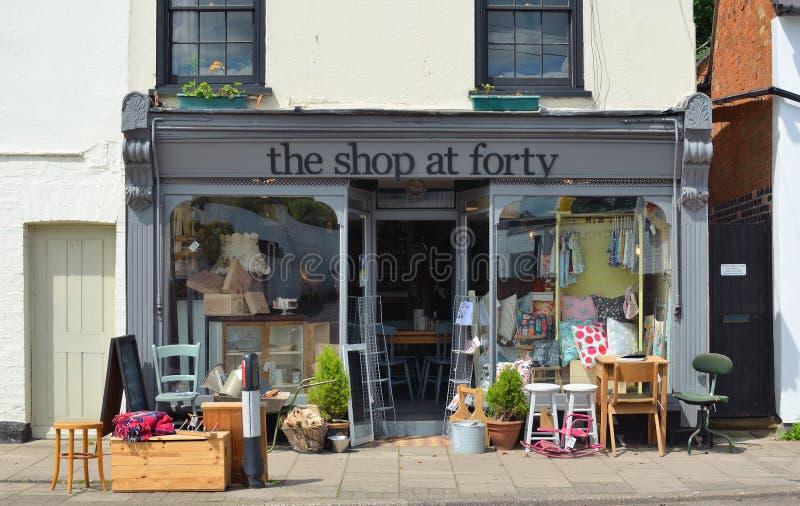 Храните фронт магазина на 40 который продает ретро и винтажные изделия с запасом снаружи на мостоваой стоковое изображение rf
