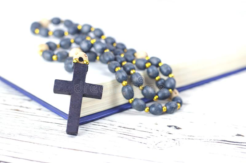 Христианские атрибуты вероисповедания на белой предпосылке стоковое изображение