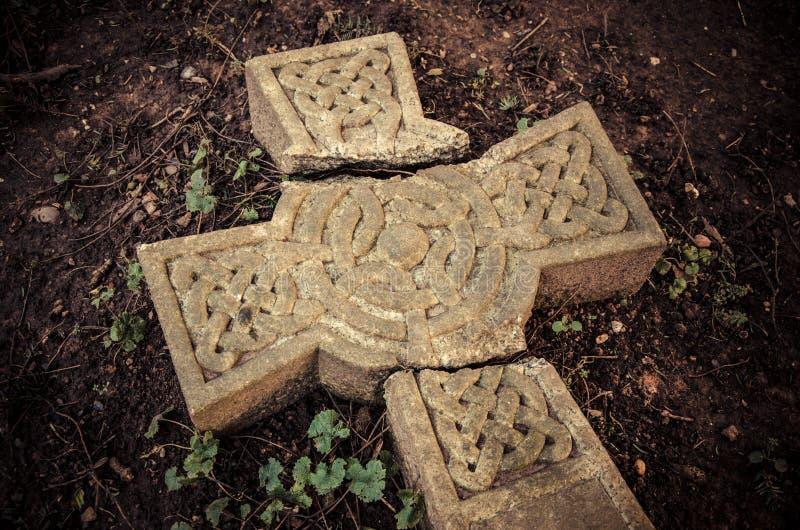 Христианские верования - время и традиции - сломанный крест стоковые изображения rf