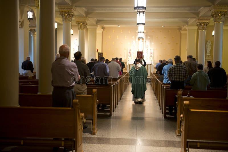 Христианские вероисповедание и масса обслуживают, поклоняются бог стоковая фотография