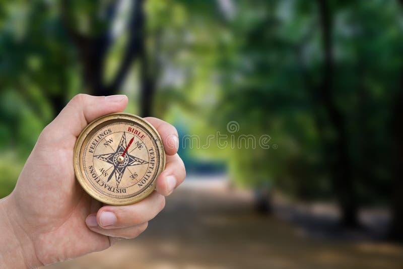 христианский мужчина удерживания руки компаса стоковое изображение rf