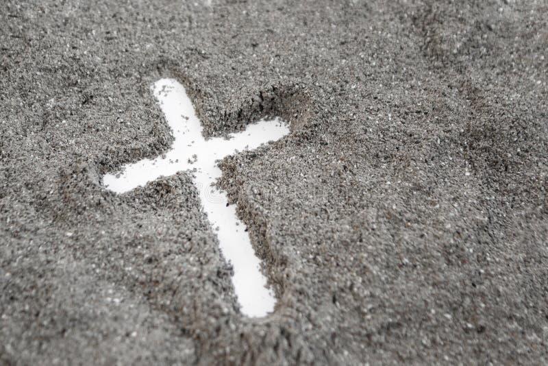 Христианский чертеж креста или распятия в золе, пыли или песке как символ вероисповедания, поддачи, redemtion, Иисуса Христа, зол стоковые фотографии rf