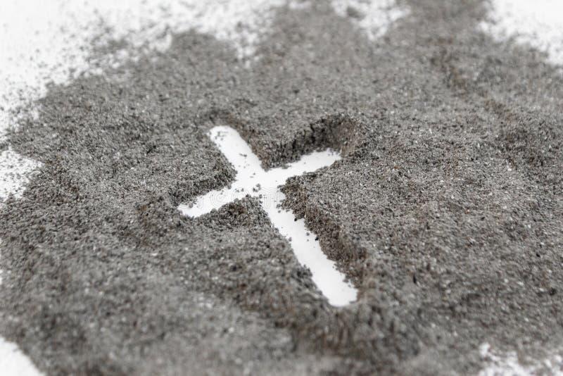 Христианский чертеж креста или распятия в золе, пыли или песке как символ вероисповедания, поддачи, redemtion, Иисуса Христа, зол стоковые изображения rf