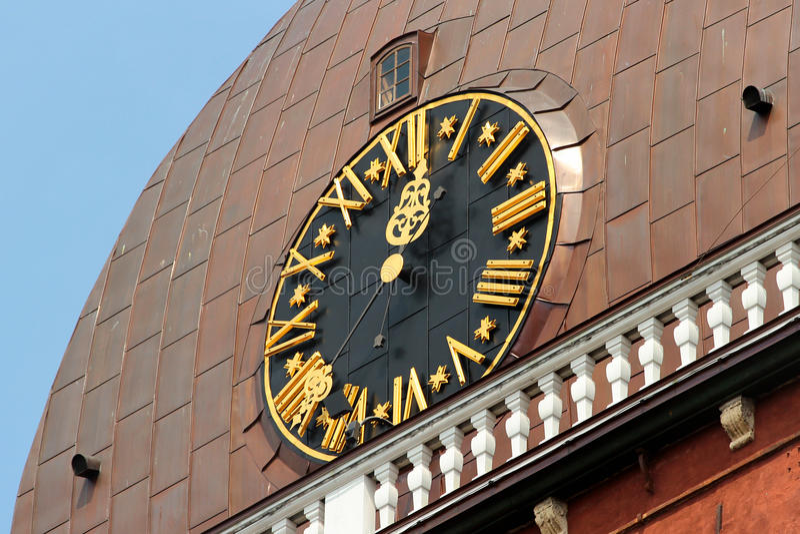 Хронометрируйте на башне собора купола Риги St Mary, самой старой церков в Латвии и всех балтийских стран стоковое фото