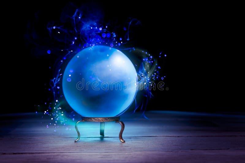 Хрустальный шар рассказчика удачи с драматическим освещением стоковые фотографии rf