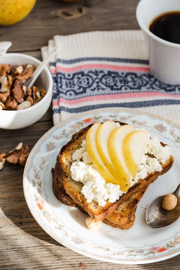 Хрустящая здравица для завтрака с сладостными плавленым сыром и грушей стоковое изображение rf