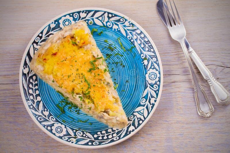 Хрустящая корочка на верхнем и влажном внутреннем сотейнике цыпленка, грибов, сыра и картошки Gratin картошки стоковое изображение rf