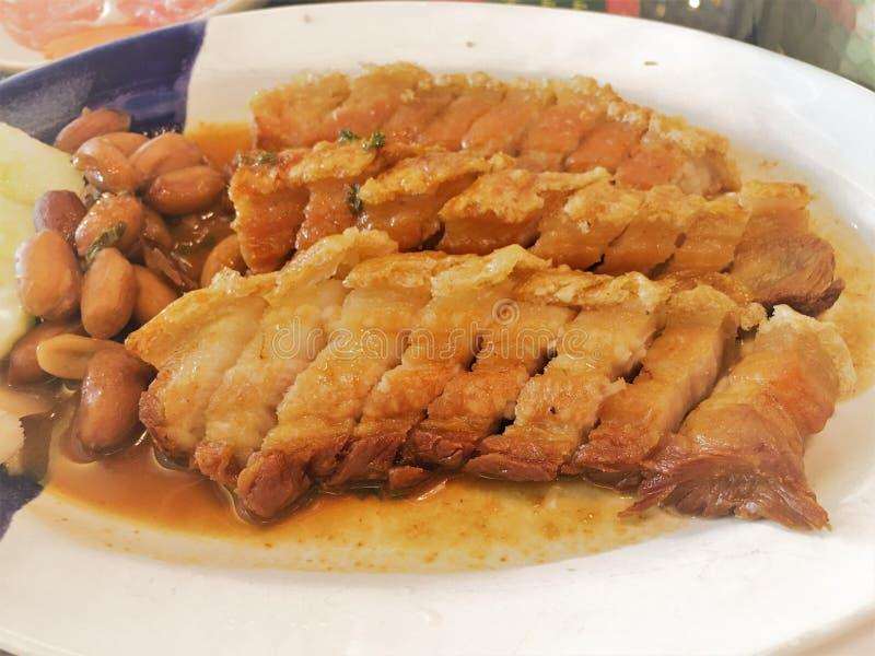Хрустящая свинина на блюде Живот свинины жаркого куска хрустящий свинина жаркого стиля Гонконга еды стоковые изображения