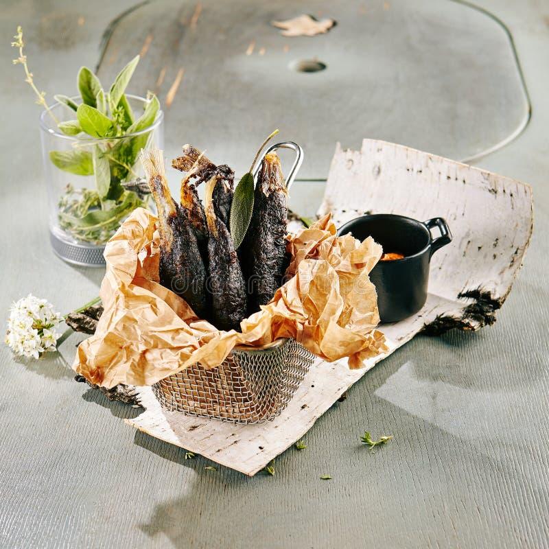 Хрустящие черные зажаренные рыбы снетка стоковое фото rf