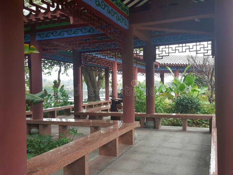 Художественная перспектива старинных зданий и садов в южном Китае стоковые изображения rf