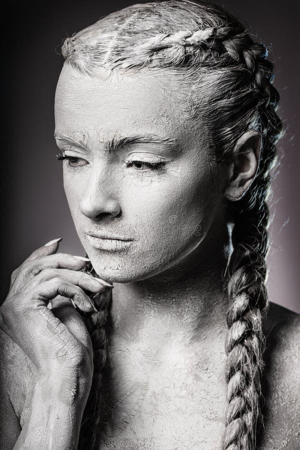 Художественный портрет женщины, покрытой расколотой белой краской стоковые фотографии rf