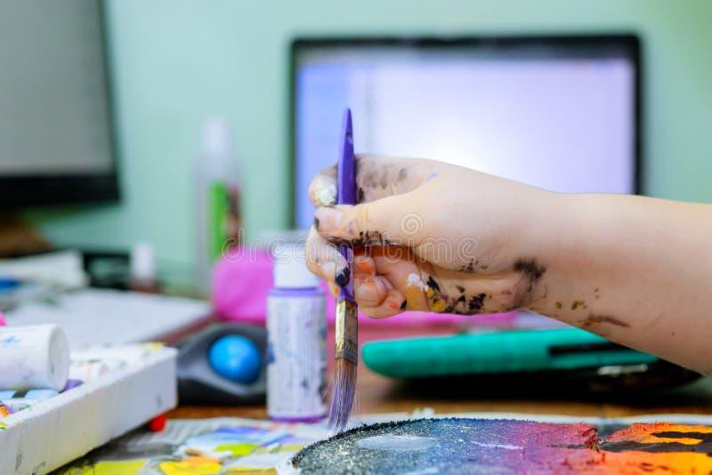 Художники рисуют фотографии на окрашенных в деревянный слой красках стоковые изображения