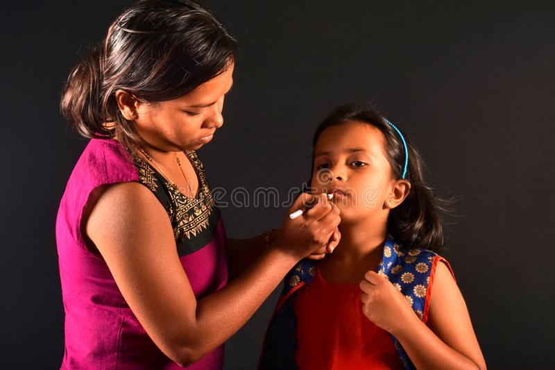 Художник макияжа женщины делает макияж к маленькой девочке, Пуна, махарастру стоковое фото rf